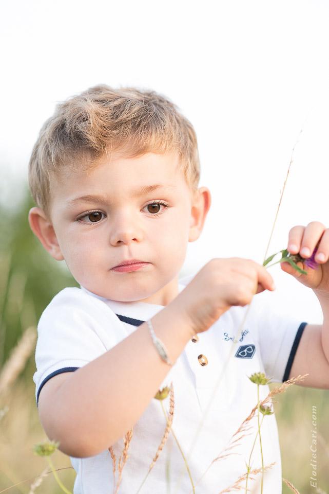 portrait garçon curieux fleur
