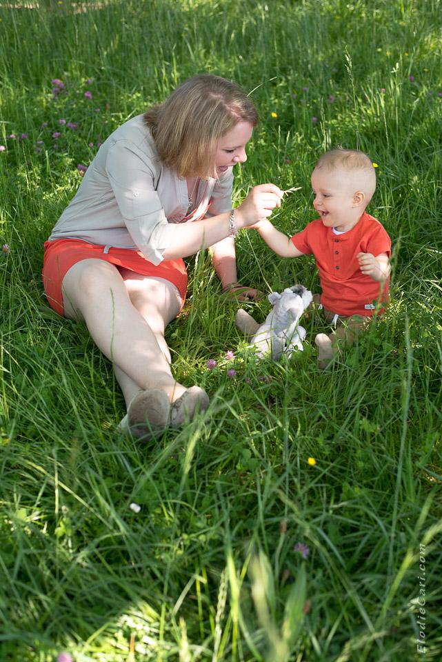 jouer maman brin herbe fiston assis doudou chien