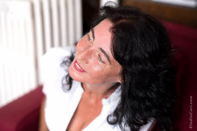 joli portrait femme rouge noir