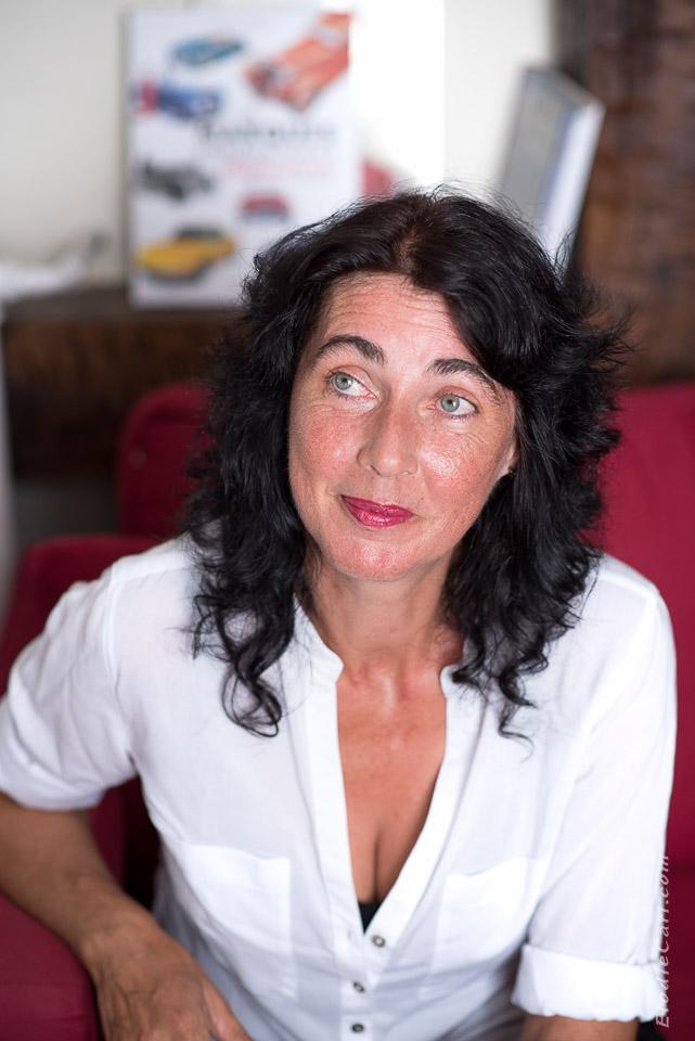 portrait femme photographe rouge livre