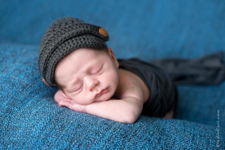 bébé garçon casquette bouton dodo bras croisés