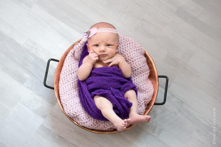 bébé éveillé fille violet rose marmite confiture